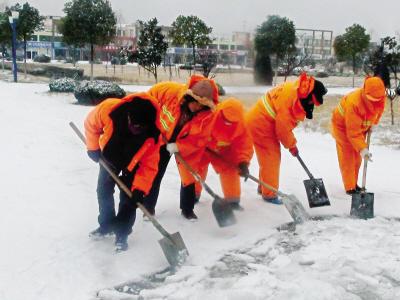 清洁工扫雪图片-孟木二梓 谁杯剧了环卫工人的艰辛命运图片